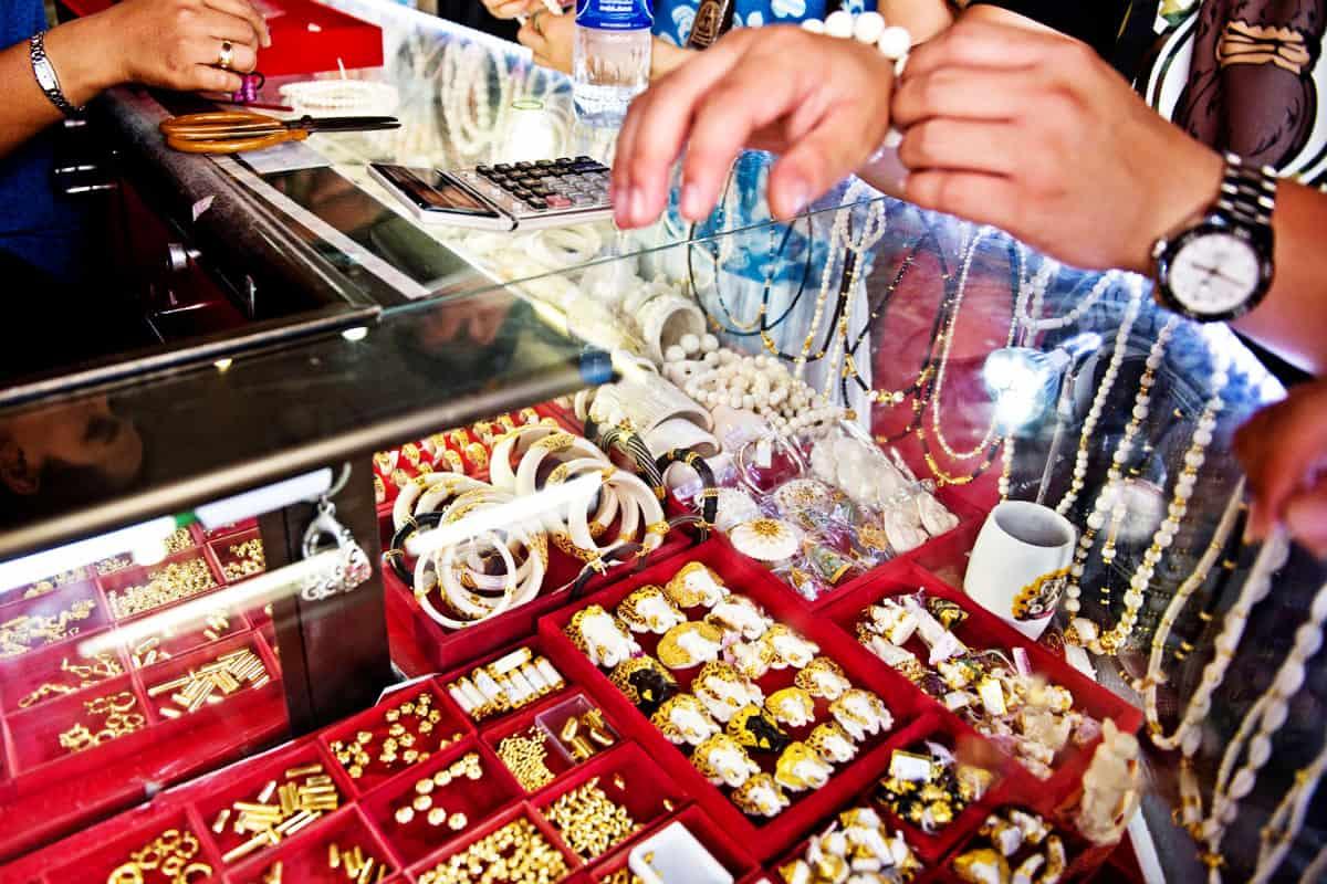 Elfenbeinprodukte im Verkauf, Thailand