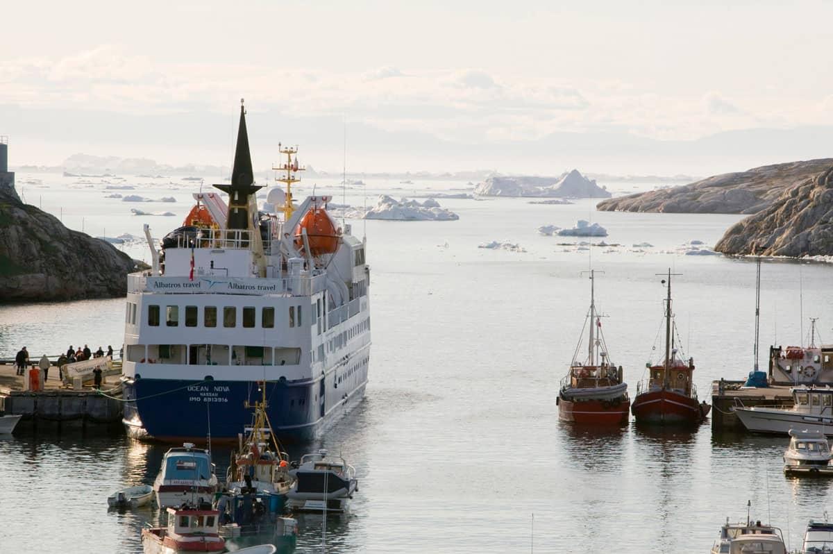 Kreuzfahrtschiff im Hafen von Ilulissat auf Grönland