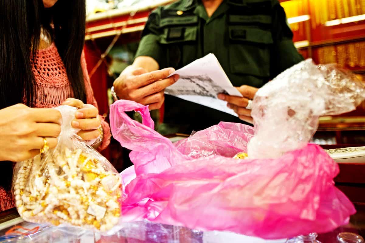 Beamter der thailändischen NRECSD inspiziert ein Geschäft auf einem Markt