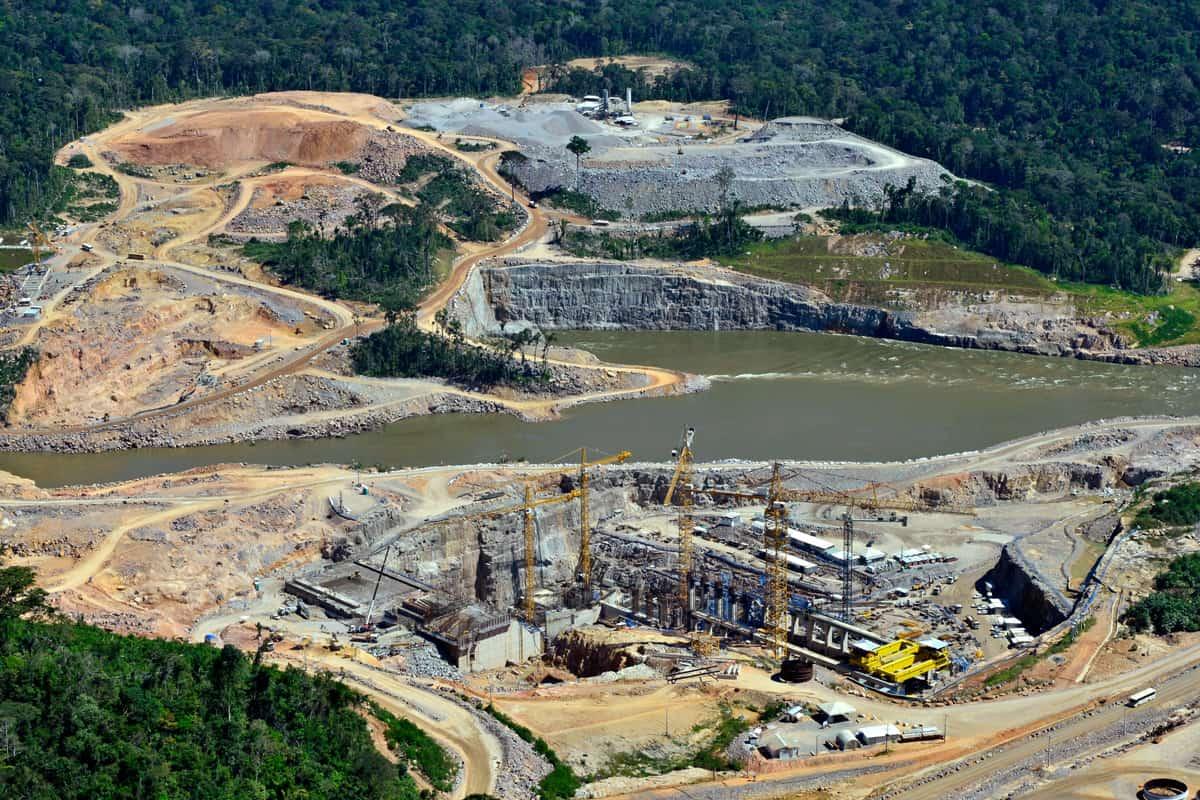 Luftaufnahme eines Wasserkraftwerk am Juruena Fluss