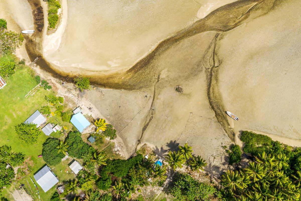 Das Meer kommt dem Dorf Raviravi auf Fiji immer näher