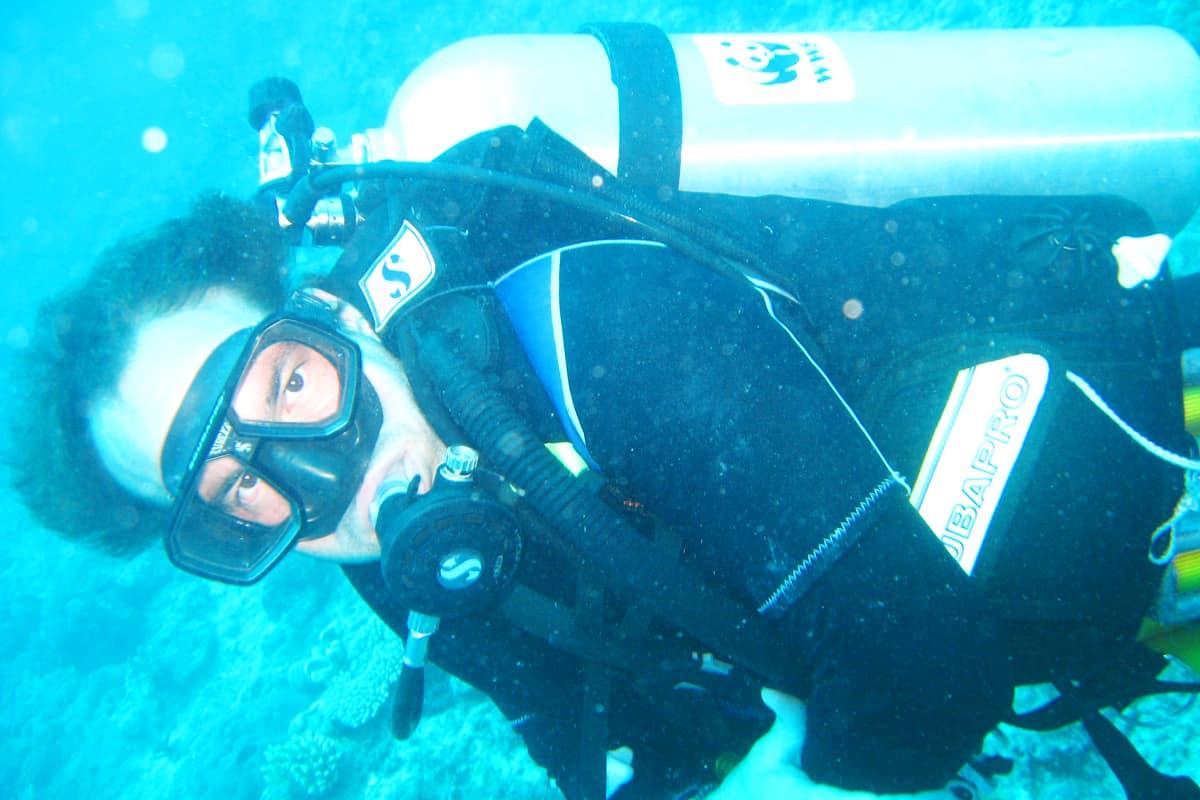 Georg Scattolin vom WWF Österreich überprüft den Zustand des Great Sea Reef