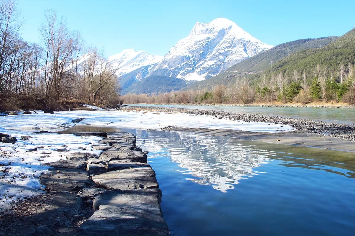Inn bei Flauerling, mit Bergen und Natur im Schnee