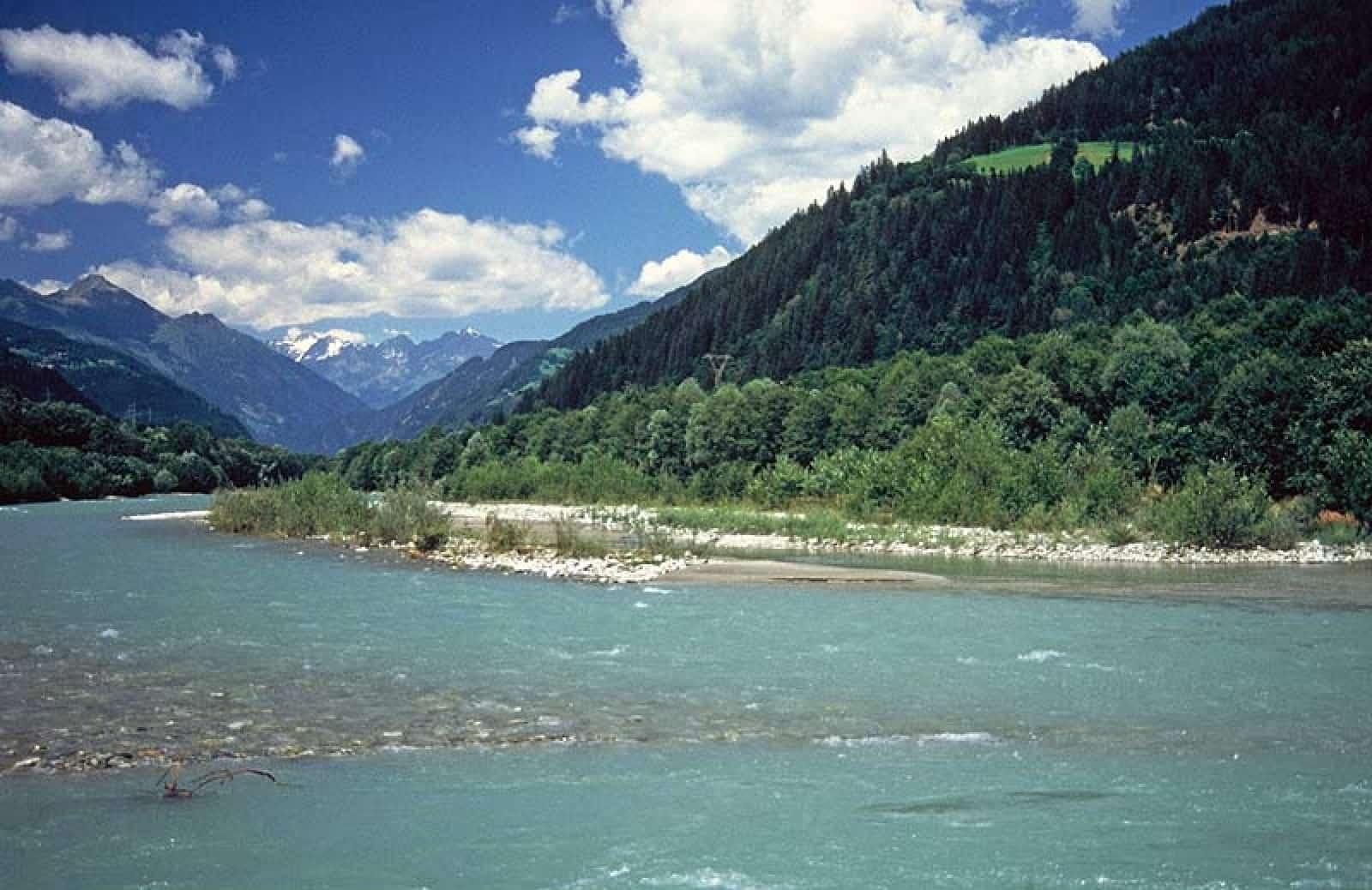 fluss-isel-vor-einem-berg-bei-blauem-himmel-wwf-eu-wasserrahmenrichtlinie