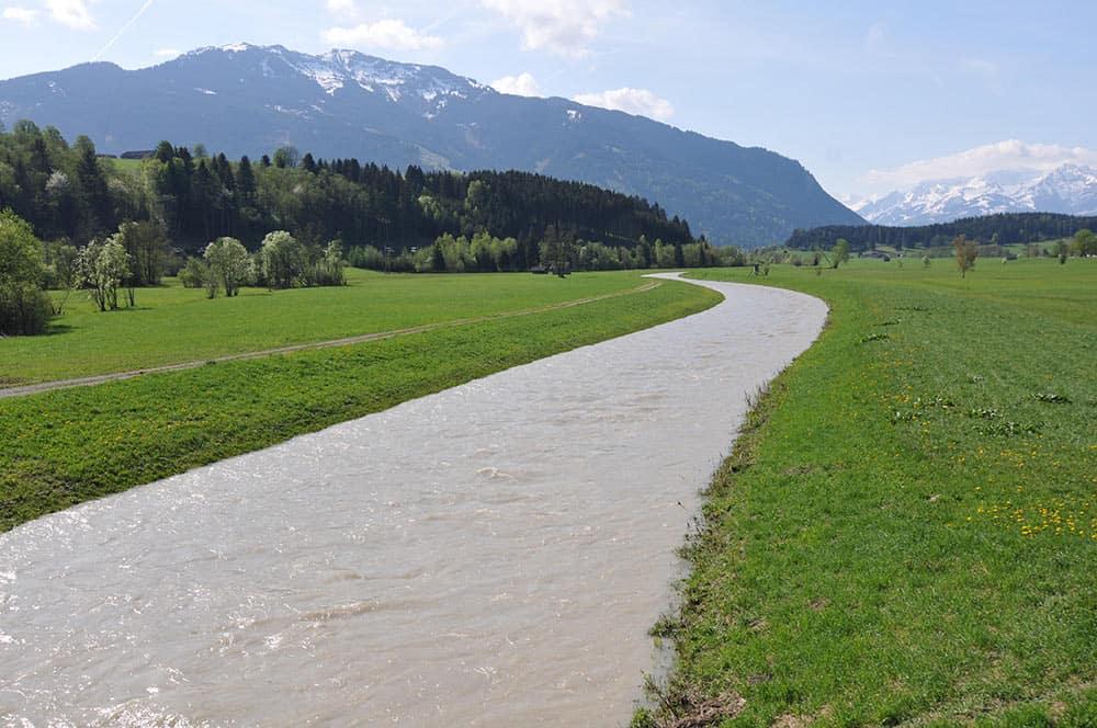 Wie ein Kanal: Saalach in Saalfelden