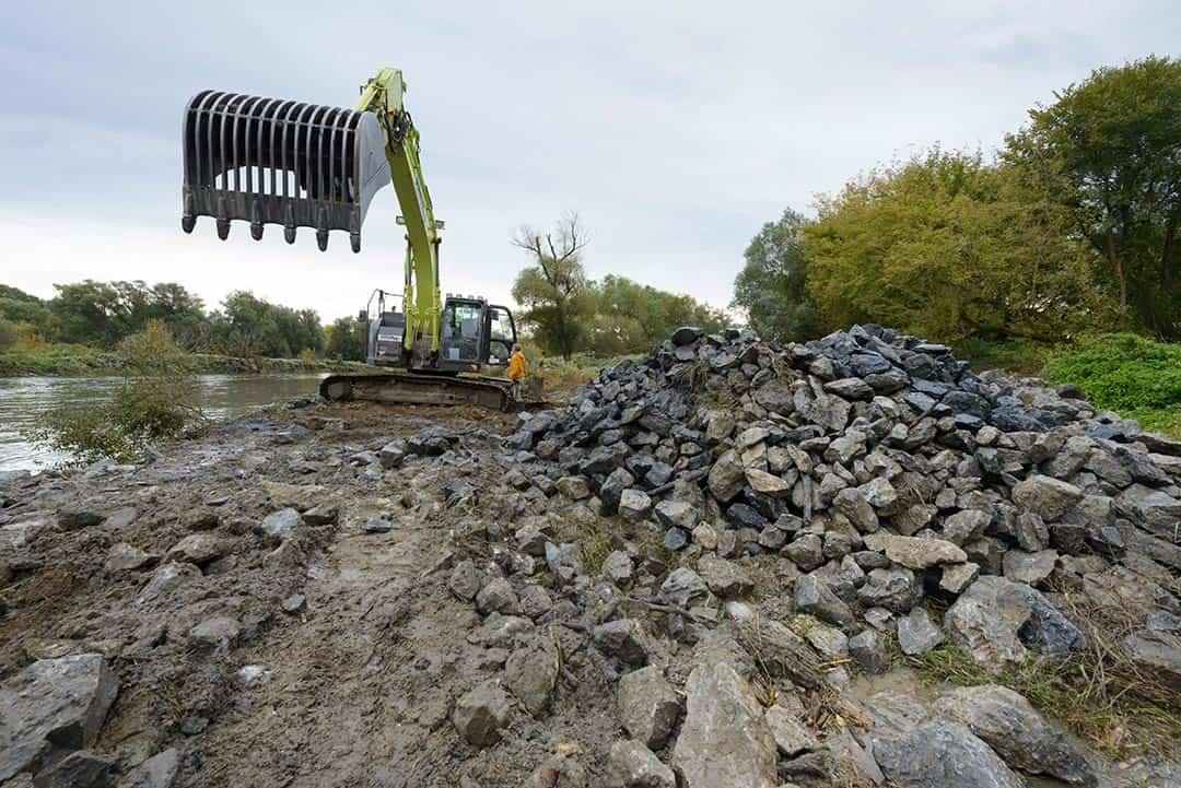Mehr Platz für Flüsse: Entfernung der Uferverbauung an der March