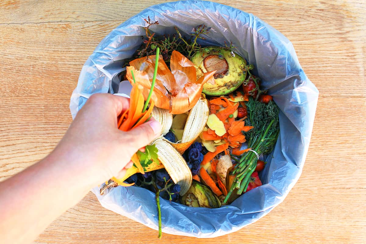 Jemand schmeisst Müll weg