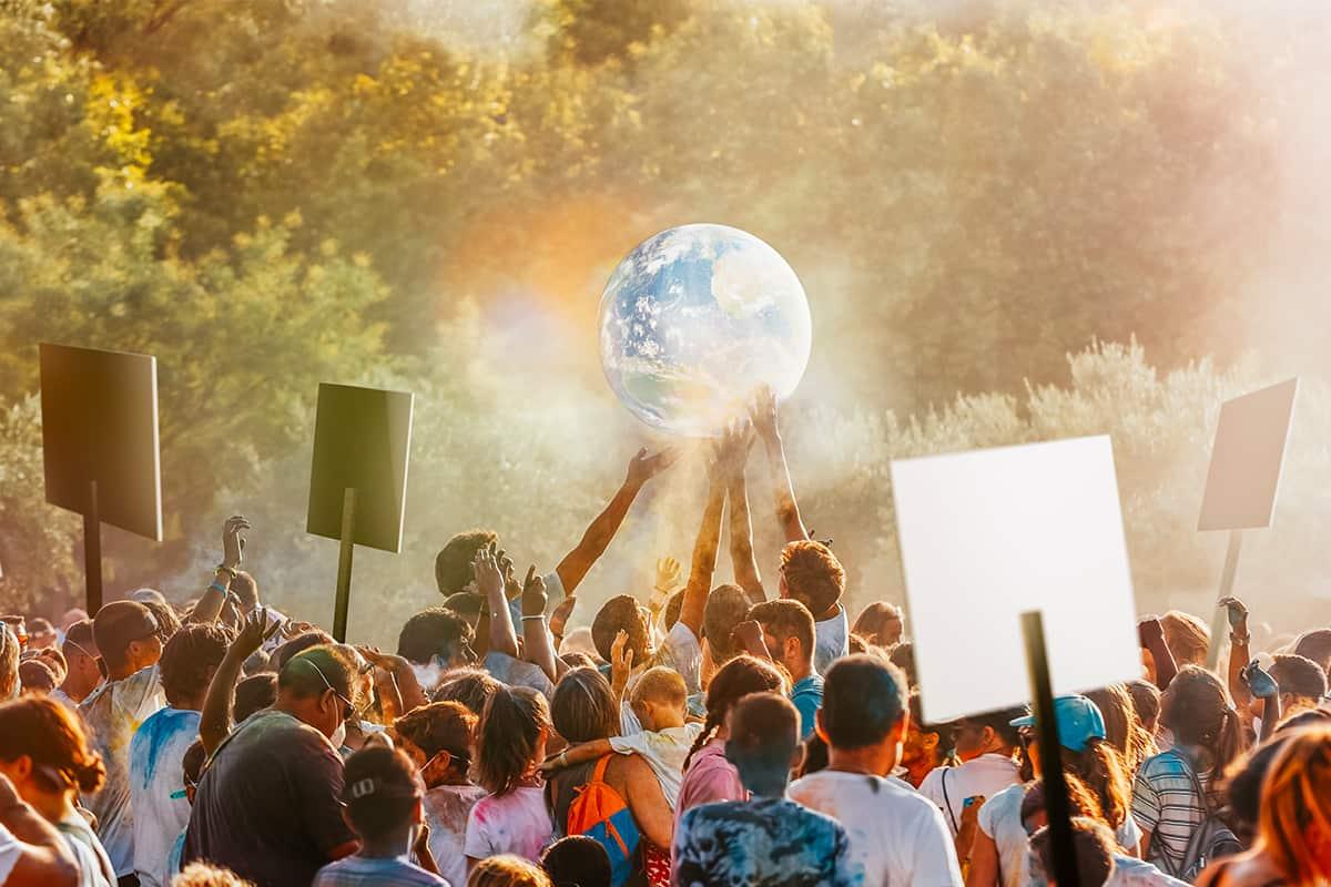 Menschen beim Streiken halten den Planeten