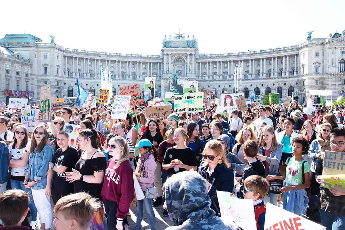 Demonstrierende am Platz der Menschenrechte