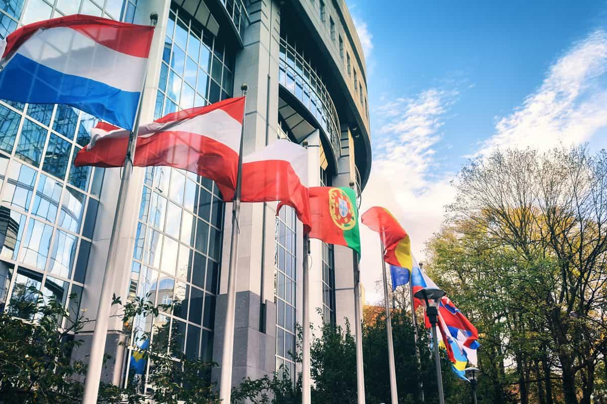 Wehende Fahnen vor dem Europäischen Parlament