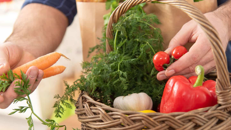 Eine Ernährung mit mehr pflanzlicher als tierischer Kost reduziert klimaschädliche Emissionen.
