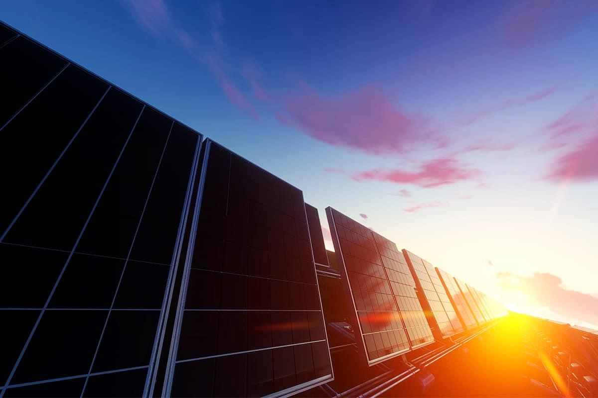 BKS Bank - Solar Panele im Sonnenuntergang