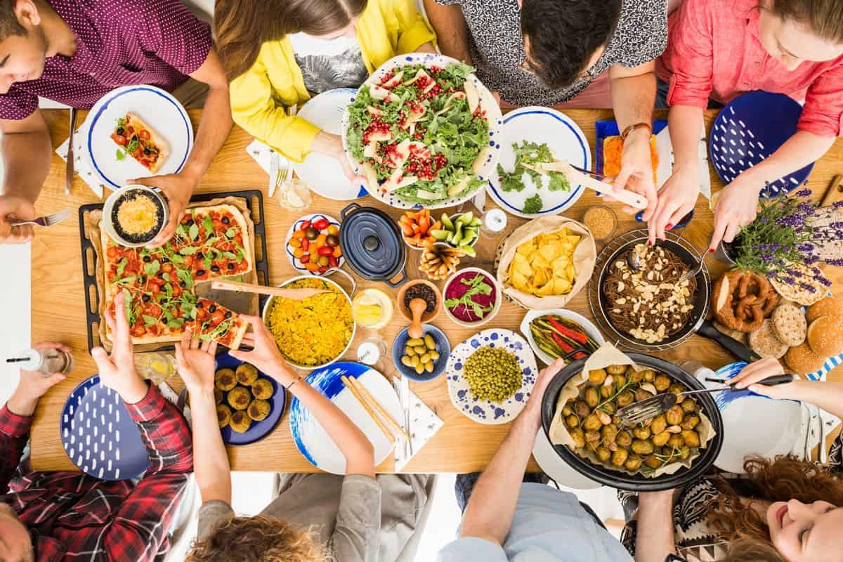 junge Menschen mit vegenem Essen