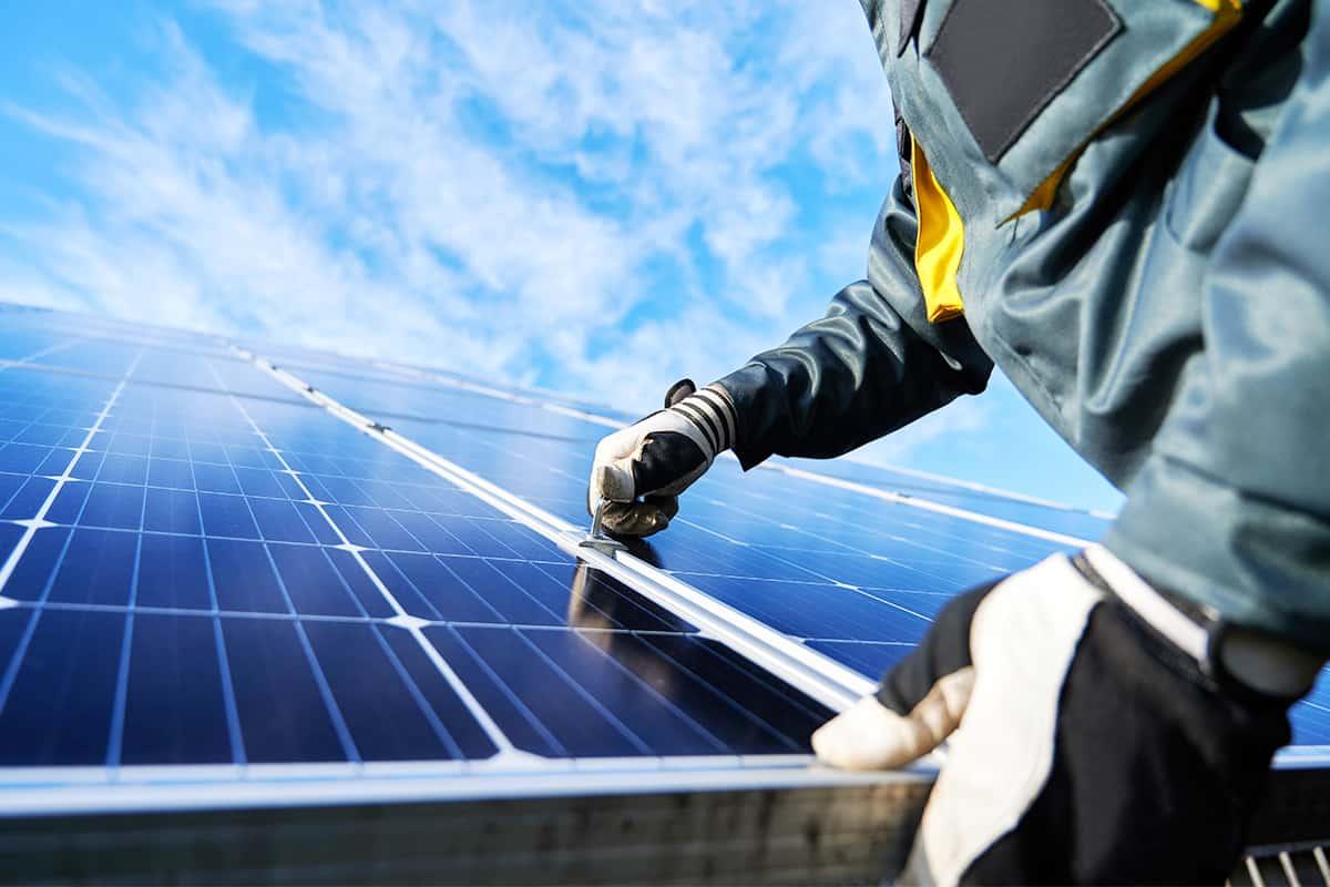 Eine Person installiert Solar Panele