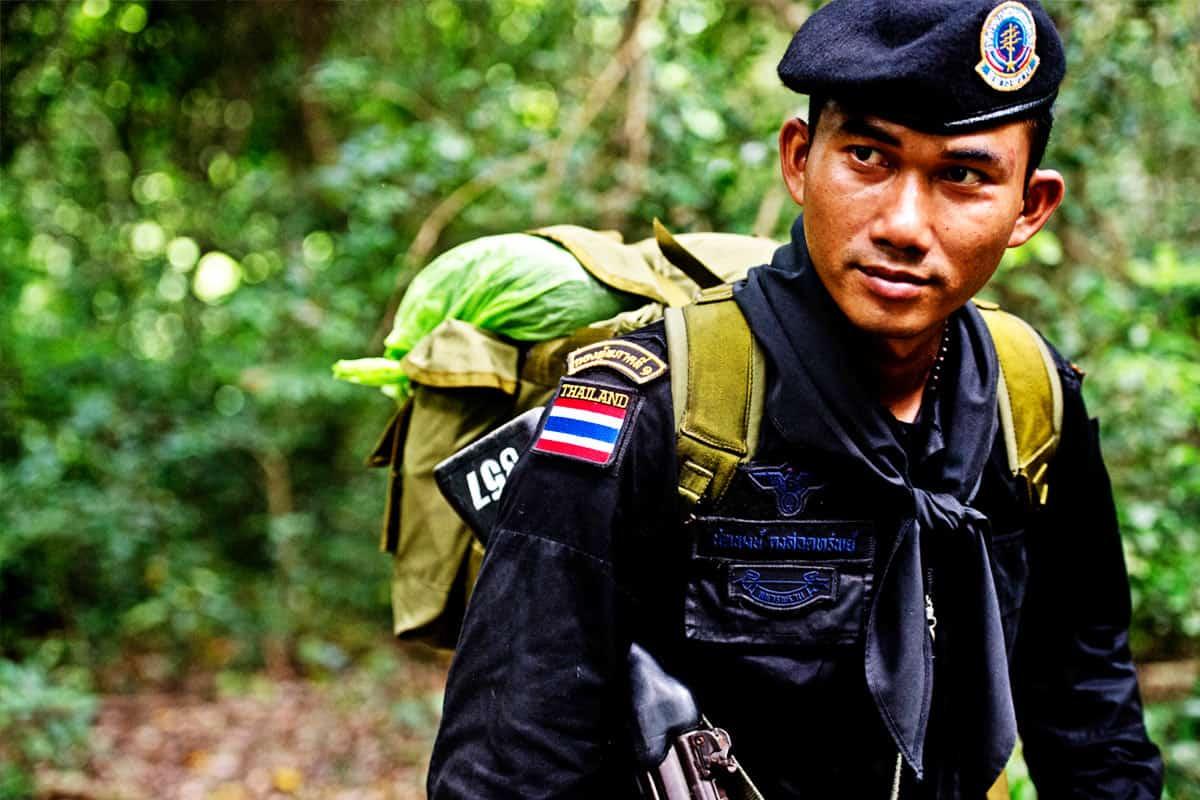 wwf-at-wilderei-stoppen-ranger-mit-rucksack-aus-thailand